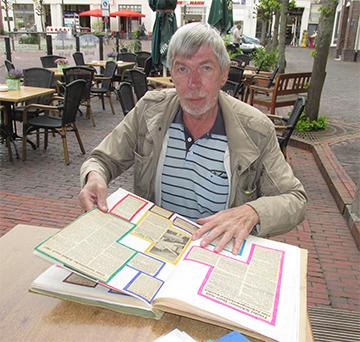 Heiko Mühlena (hier beim Besuch in Jever 2015) hat alle Zeitungsartikel aus seiner aktiven Sportlerzeit aufgehoben. (Foto: Neumann)